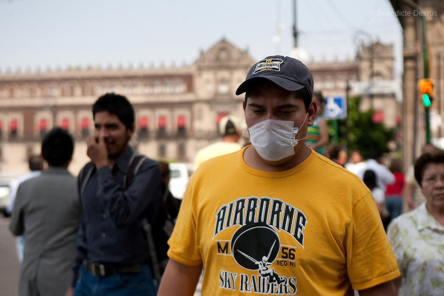April 24, 2009 - Mexico City, Mexico - Residents of the Mexican capital wear surgical masks to protect themselves from the swine Flu in the metro system..Photo credit: Benedicte Desrus / Sipa Press