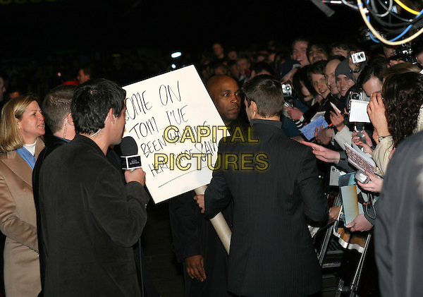 TOM CRUISE.The Last Samurai premiere, Odeon Leicester Square.6 January 2004.fans, signing autographs, sign, funny.www.capitalpictures.com.sales@capitalpictures.com.©Capital Pictures