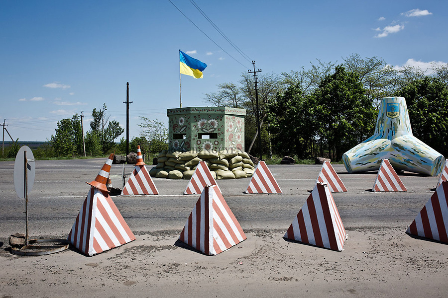 UKRAINE, Mariupol: Army checkpoint at the entrance of Mariupol. <br /> <br /> UKRAINE, Mariupol: Checkpoint Ukrainien &agrave; l'entr&eacute;e de la ville de Mariupol.