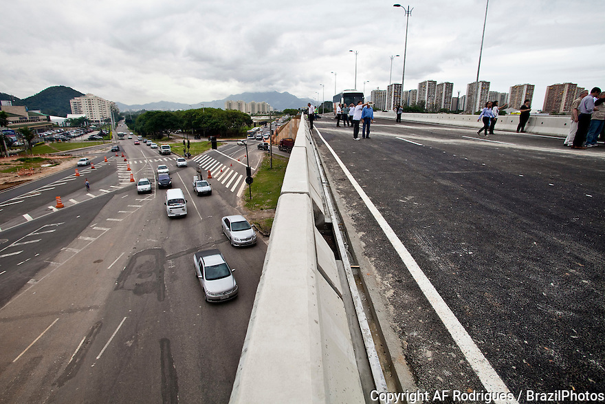 International inspection of the preparations of Rio de Janeiro for the 2016 Olympic Games, Brazil. The Capitão de Mar e Guerra Orlando Raso viaduct, at Avenida das Américas crossing Avenida Salvador Allende, in Recreio dos Bandeirantes quarter. It is part of the Transoeste and the Corredor Expresso ( Express Corridor ) with BRTs (Bus Rapid Transit), that will link the Barra da Tijuca quarter to Campo Grande and Santa Cruz quarters, in the west zone of the city.