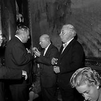 intérieur Mairie à Toulouse. Le 1 septembre 1962. Vue de Pablo Casal qui discute avec un groupe de personnes.