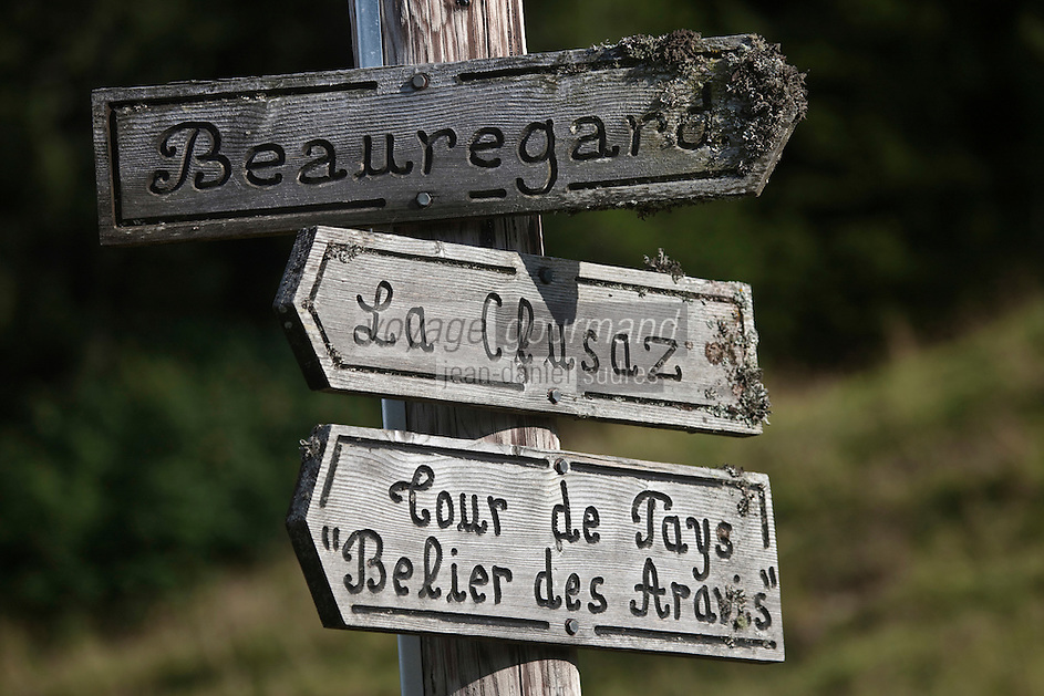 Europe/France/Rhône-Alpes/74/Haute-Savoie/La Clusaz:  Panneaux de randonnée à l'alpage de Corbassière  ou Marie-Louise Donzel prépare son reblochon-fermier
