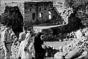 Turquie 1997.A Midin, village chrétien prés de Midyat, les habitants partent et les maisons tombent en ruine..Turkey 1997.In Midin, a christian village near Midyat, the inhabitants are leaving and the houses are falling in ruins