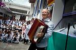 Uruguay / Montevideo / 2017<br /> Consejo de Educaci&oacute;n Inicial y Primaria entrega Mo&ntilde;a de Honor 2017 al m&uacute;sico Hugo Fattoruso. Escuela N.&deg; 61 &ldquo;Konrad Adenauer&rdquo;, La Paz 2184. <br /> Foto: Ricardo Ant&uacute;nez / adhocFOTOS