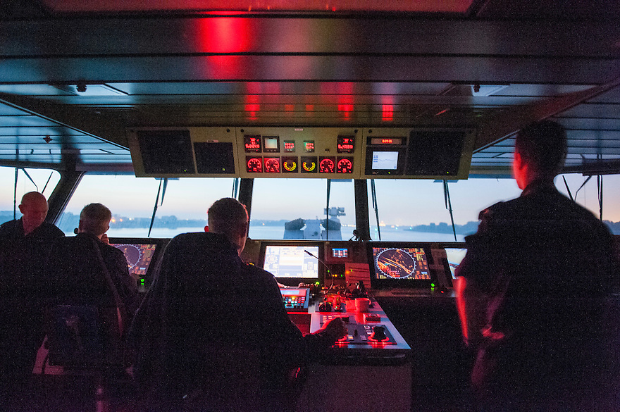 Nederland, Rotterdam, 5 sept 2013<br /> De brug van patrouilleboot van de Marine de ZM Friesland.<br /> Binnenkomst Rotterdam, hier op de Nieuwe Waterweg, zeer vroeg in de morgen.<br /> Marine moet ook fors bezuinigen.<br /> <br /> Foto(c): Michiel Wijnbergh