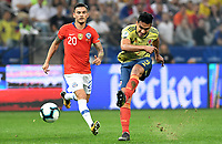 SAO PAULO – BRASIL, 28-06-2019: Radamel Falcao Garcia de Colombia disputa el balón con Charles Aranguiz de Chile durante partido por cuartos de final de la Copa América Brasil 2019 entre Colombia y Chile jugado en el Arena Corinthians de Sao Paulo, Brasil. / Radamel Falcao Garcia of Colombia vies for the ball with Charles Aranguiz of Chile during the Copa America Brazil 2019 quarter-finals match between Colombia and Chile played at Arena Corinthians in Sao Paulo, Brazil. Photos: VizzorImage / Julian Medina / Cont /