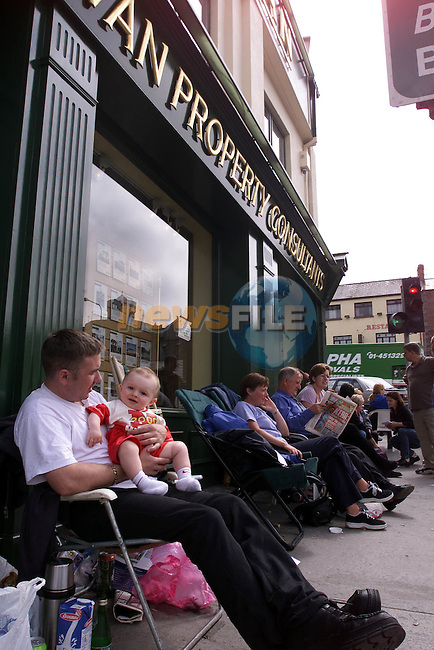 People que outside Sullivan Estate egents in Drogheda for the release of Houses in Laytown Co Meath..See Elaine Keogh For Story.Picture Fran Caffrey Newsfile