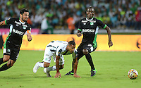 MEDELLIN - COLOMBIA -05 -12-2015: Macnelly Torres (Cent.) jugador de Atletico Nacional disputa el balón con Andres Perez (Izq.) y German Mera (Der.)  jugadores de Deportivo Cali, durante partido de vuelta por los cuartos de final entre Atletico Nacional y Deportivo Cali, de la Liga Aguila II-2015, en el estadio Atanasio Girardot de la ciudad de Medellin.   / Oscar Murillo (C), player of Atletico Nacional fights for the ball with con Andres Perez (L) and German Mera (R) players of Deportivo Cali, during a match between Atletico Nacional and Deportivo Cali, for the second leg for the cuarter finals of the Liga Aguila II 2015 at the Atanasio Girardot stadium in Medellin city. Photo: VizzorImage. / Leon Monsalve / Str.