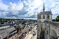 France, Indre-et-Loire (37), Amboise, château d'Amboise, la ville vue depuis la terrasse et la chapelle Saint-Hubert