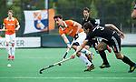 BLOEMENDAAL   - Hockey - Tim Swaen (Bldaal)  met Boris Burkhardt (A'dam).    3e en beslissende  wedstrijd halve finale Play Offs heren. Bloemendaal-Amsterdam (0-3).     Amsterdam plaats zich voor de finale.  COPYRIGHT KOEN SUYK