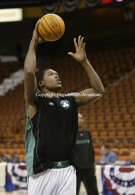 UNCASVILLE, CT 22 OCTOBER 2005 102205BZ05-  Boston Celtics #4, Ryan Gomes during warm-ups before the start of an exhibition game with the Nets at the Mohegan Sun Arena Saturday night.<br /> Jamison C. Bazinet Republican-American