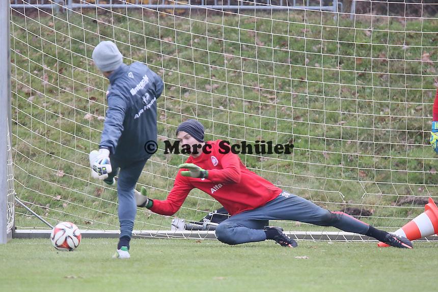 Torwarttrainer Michael Kraft mit Felix Wiedwald (Eintracht) - Eintracht Frankfurt Training, Commerzbank Arena
