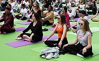 Nederland - Amsterdam - 2019.  International Day of Yoga. Internationale Yogadag op de Dam in Amsterdam. Foto mag niet in negatieve / schadelijke context gepubliceerd worden.   Foto Berlinda van Dam / Hollandse Hoogte