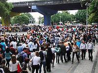 RIO DE JANEIRO, RJ, 07 FEVEREIRO 2013 - BARCAS FILAS - Clientes que tentaram pegar as Barcas na tarde desta quinta-feira, enfrentaram uma fila gigantesca na Estação Praça XV. Segundo a concessionária responsável pela administração do transporte, um problema nas embarcações causou atrasos e provocou a fila. (FOTO: RONALDO BRANDAO / BRAZIL PHOTO PRESS).