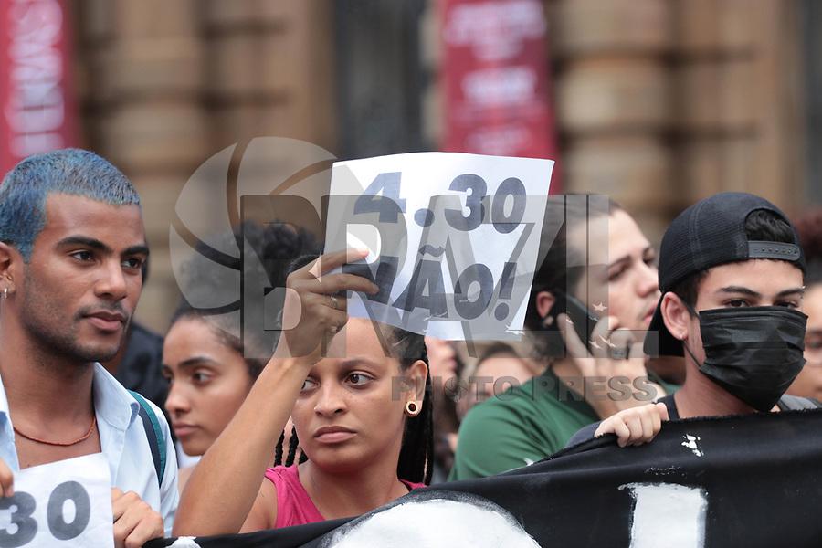 SAO PAULO, SP - 10.01.2019 - PROTESTO-SP - Grupo de movimentos sociais protestam contra o aumento das tarifas de ônibus, trem e metrô na tarde desta quinta-feira (10) no centro da cidade de São Paulo. O transporte coletivo teve reajuste nas tarifas de R$ 4,00 para R$ 4,30.<br /> <br /> (Foto: Fabricio Bomjardim / Brazil Photo Press)