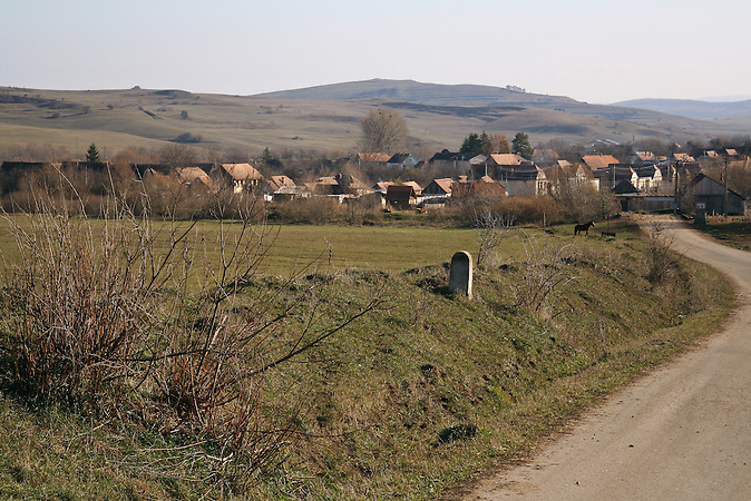 Landschaft in Siebenbürgen. Das Dorf Viscri in Siebenbürgen ist aufgrund seiner schönen und gut erhaltenen Häuser ein touristisch beliebtes Ziel. Der deutsche Name des Dorfes lautet Deutsch-Weißkirch. / Landscape in Transylvania. The village Viscri is a popular spot for tourists because of its well preserved and nice houses. Its old german name ist Deutsch-Weißkirch.  .