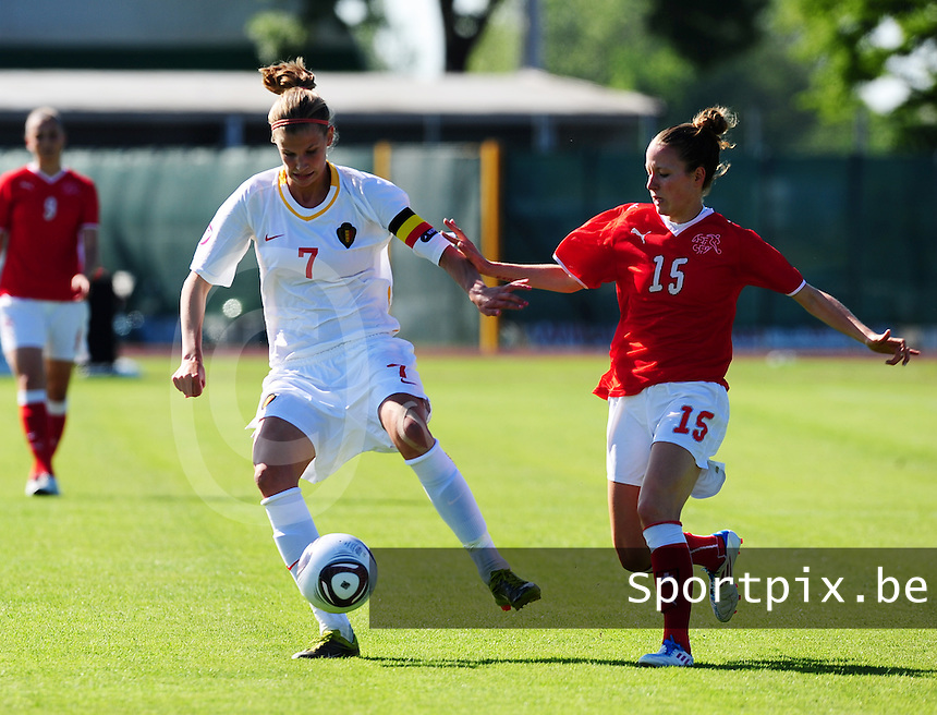 European Women's Under - 19 Championship 2011 Italy :.Switzerland - Belgium U19 : Justine Vanhaevermaet aan de bal voor Sophie Herzog.foto DAVID CATRY / VROUWENTEAM.BE