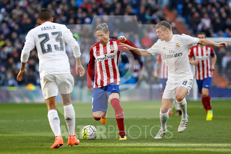 Real Madrid´s Toni Kroos (R) and Atletico de Madrid´s Fernando Torres during 2015/16 La Liga match between Real Madrid and Atletico de Madrid at Santiago Bernabeu stadium in Madrid, Spain. February 27, 2016. (ALTERPHOTOS/Victor Blanco)