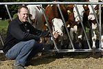 Foto: VidiPhoto<br /> <br /> ARNHEM &ndash; Met de nodige argwaan kijkt &ldquo;Bambi&rdquo; maandag in de lens van de fotograaf, alvorens het hazenpad te kiezen en zijn nieuwe vrienden tijdelijk achter te laten. De boerderij van melkveehouder en akkerbouwer Arthur van Roekel in Arnhem bij het Deelerwoud is op dit moment het toneel van een wonderlijke speling der natuur. Een verweesd damhertje heeft in het jongvee van de Arnhemse boer een nieuwe en gastvrije familie gevonden en in de boer een ferme beschermheer. En dat is nodig, want zowel jagers als de gemeente Arnhem willen het diertje (laten) afschieten. Bovendien wordt er in de bossen langs de weide volop gestroopt. Volgens de jagers verwondt het hertje met zijn gewei de koeien. Van Roekel noemt dat onzin. De dieren spelen juist met elkaar, constateert hij. &ldquo;Tot voor kort had ik hier honderd herten lopen die zo&rsquo;n 15 ha. aardappels hebben opgevreten en daar werd lange tijd niets tegen gedaan. Dit is het enige hert waar ik wel plezier van heb en daar blijven ze vanaf.&rdquo; Zijn kinderen hebben het damhert inmiddels &ldquo;Bambi&rdquo; gedoopt en ook gasten van het Boerenrustpunt bij de boerderij zijn lyrisch over de combinatie van pinken en hertje. Ondertussen snoept het jonge beestje naar hartelust mee van de koeienbrokken en graast hij in de groentetuin van de boer. Het mag allemaal. Hoe het straks moet met Bambi als zijn koeien naar de winterstalling gaan, weet Van Roekel ook niet. Stiekem hoopt hij dat het diertje mee de stal in gaat, maar omdat het nogal schuw is heeft hij daar een hard hoofd in. Foto: Arthur van Roekel bij de pinken.