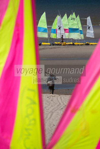 France, Pas-de-Calais (62), côte d' Opale, Le Touquet, char à voile sur la plage  et pecheur de crevettes // France, Pas de Calais, Opal coast, Le Touquet, sandsailers on the beach  and shrimp fisherman