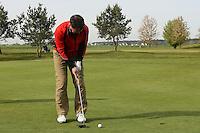 B&uuml;ttelborn 30.04.2016: 7. Charity Golf Turnier f&uuml;r die Dt. Krebshilfe, Golfpark Bachgrund<br /> Dirk Sch&auml;fer konzentriert sich beim Putten<br /> Foto: Vollformat/Marc Sch&uuml;ler, Sch&auml;fergasse 5, 65428 R'eim, Fon 0151/11654988, Bankverbindung KSKGG BLZ. 50852553 , KTO. 16003352. Alle Honorare zzgl. 7% MwSt.