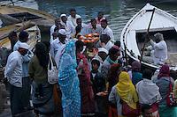 30.11.2008 Varanasi(Uttar Pradesh)<br /> <br /> Woman,selling offerings to pilgrims.<br /> <br /> Femme vendant des offrandes aux pelerins.