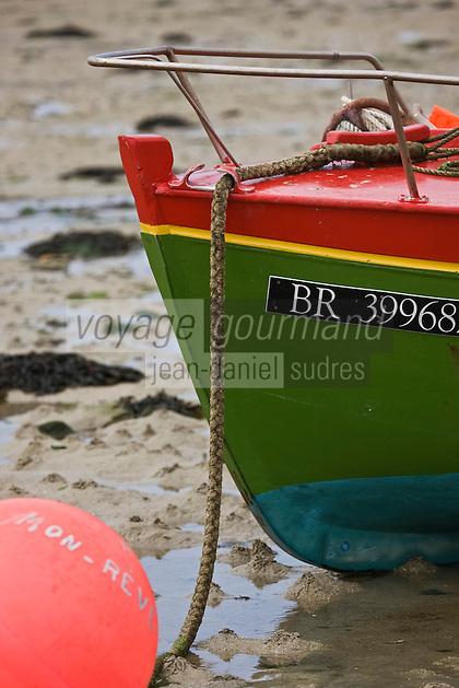 Europe/France/Bretagne/29/Finistère/Lilia:  Vieux canot de pêcheur sur la grève