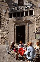Italien, Umbrien, Cafe vor dem Palazzo Comunale in Narni