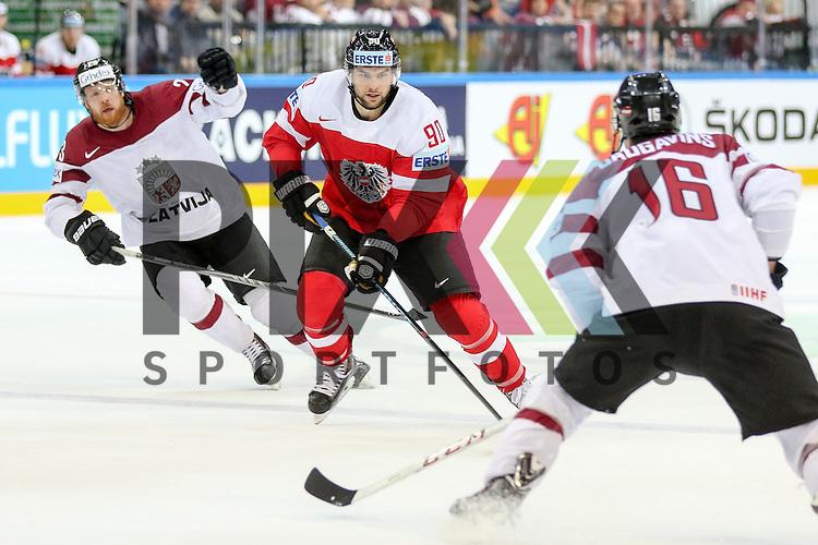 Oestereichs Pallestrang, Alexander (Nr.90) geht in den Zweikampf mit Lativa Daugavins, Kaspars (Nr.16)  im Spiel IIHF WC15 Oestereich vs. Lativa.<br /> <br /> Foto &copy; P-I-X.org *** Foto ist honorarpflichtig! *** Auf Anfrage in hoeherer Qualitaet/Aufloesung. Belegexemplar erbeten. Veroeffentlichung ausschliesslich fuer journalistisch-publizistische Zwecke. For editorial use only.