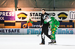 Stockholm 2014-11-14 Bandy Elitserien Hammarby IF - Edsbyns IF :  <br /> Hammarbys David Pizzoni Elfving hj&auml;lps av isen efter en skada under matchen mellan Hammarby IF och Edsbyns IF <br /> (Foto: Kenta J&ouml;nsson) Nyckelord:  Elitserien Bandy Zinkensdamms IP Zinkensdamm Zinken Hammarby Bajen HIF HeIF Edsbyn EIF Byn skada skadan ont sm&auml;rta injury pain depp besviken besvikelse sorg ledsen deppig nedst&auml;md uppgiven sad disappointment disappointed dejected