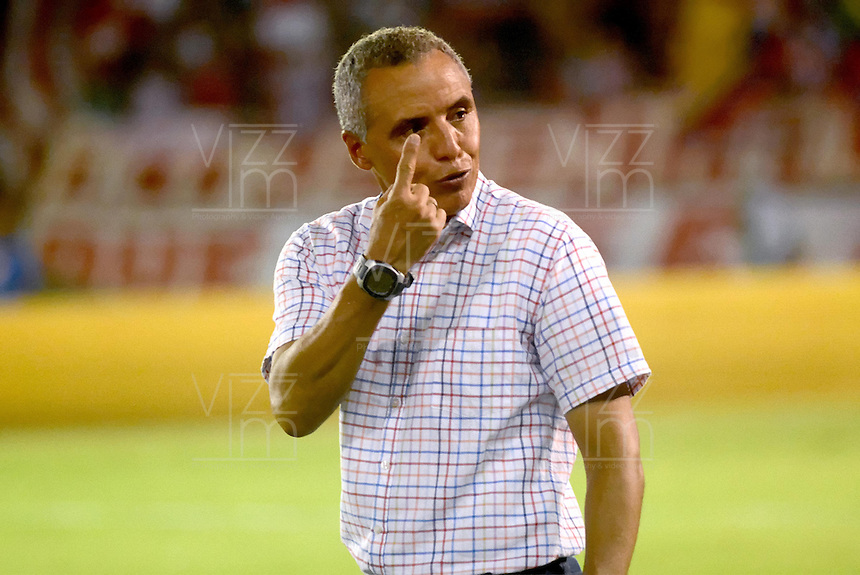 BARRANQUIILLA -COLOMBIA-21-05-2015:  Alexis Mendoza técnico de Atletico Junior gesticula durante partido de ida con Independiente Medellin por los cuartos de final de la Liga Águila I 2015 jugado en el estadio Metropolitano Roberto Meléndez de la ciudad de Barranquilla./ Alexis Mendoza, coach of Atletico Junior, gestures duriong the first leg match with Independiente Medellin for the final quarters of the Aguila League I 2015 played at Metropolitano Roberto Melendez stadium in Barranquilla city.  Photo: VizzorImage/Alfonso Cervantes/Cont