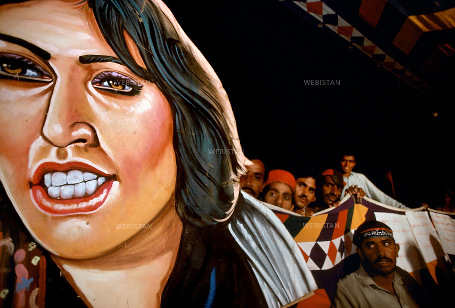 Pakistan. 1986. Benazir Bhutto's elections campaign. Caricatural portrait of Benazir Bhutto, painted, jagged and held by supporters.....Pakistan. 1986. Campagne ?lectorale de Benazir Bhutto. Portraitcaricatural de Benazir Bhutto , peint , decoupe et port? par les supporters...