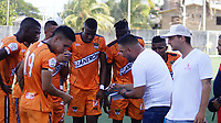 SAN ANDRES – COLOMBIA, 08-03-2020: David Suarez técnico del Llaneros F.C. da instrucciones a sus  jugadores durante partido por la fecha 6 del Torneo BetPlay DIMAYOR I 2020 entre Real San Andrés y Llaneros F.C. jugado en el estadio Erwin O'Neil de la ciudad de San Andrés. / David Suarez coach of Llaneros F.C. gives directions to the players during match for the for the date 6 as part of BetPlay DIMAYOR Tournament I 2020 between Real San Andres and Llaneros F.C. played at Erwin O'Neil stadium in San Andres city. Photos: VizzorImage / Guillermo Dickens / Cont