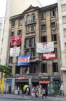 ATENCAO EDITOR: FOTO EMBARGADA PARA VEICULOS INTERNACIONAIS. SAO PAULO, SP, 23 DE NOVEMBRO DE 2012 - Faixada de predio ocupado pelo Movimento Frente de Luta por Moradia, na rua Xavier de Toledo, regiao central da capital.  FOTO: ALEXANDRE MOREIRA - BRAZIL PHOTO PRESS.