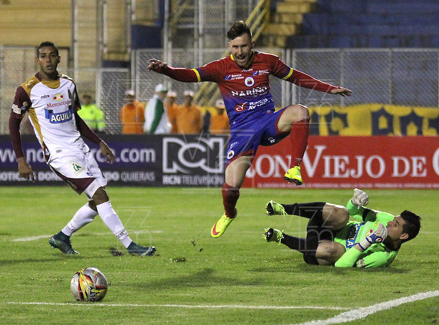 PASTO - COLOMBIA -18-10-2015: Jonathan Gomez (Cent.) jugador de Deportivo Pasto disputa el balón con Joel Silva (Der.) portero de Deportes Tolima, durante partido Deportivo Pasto y Deportes Tolima, por la fecha 16 de la Liga Aguila II 2015, jugado en el estadio Libertad de la ciudad de Pasto.  / Jonathan Gomez (R) player of Deportivo Pasto fights for the ball with Joel Silva (L) goalkeeper of Deportes Tolima, during a match Deportivo Pasto and Uniautonoma for the date 16 of the Liga Aguila II 2015 at the Libertad stadium in Pasto city. Photo: VizzorImage. / Leonardo Castro / Cont.