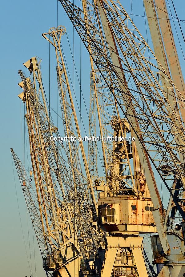 Hamburger Hafenkraene: EUROPA, DEUTSCHLAND, HAMBURG, (EUROPE, GERMANY), 25.11.2013  Hamburger Hafenkraene zum Gueterumschlag im Hafenmuseum
