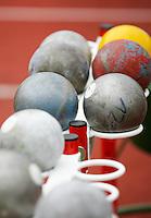 Die Kugeln liegen für den Kugelstoß-Wettbewerb bereit. Foto: Jan Kaefer / aif