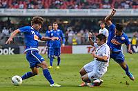 ATENÇÃO EDITOR: FOTO EMBARGADA PARA VEÍCULOS INTERNACIONAIS - SÃO PAULO, SP, 23 DE SETEMBRO DE 2012 - CAMPEONATO BRASILEIRO - SÃO PAULO x CRUZEIRO: Lucas Silva (e) e Osvaldo (c) durante partida São Paulo x Cruzeiro válida pela 26ª rodada do Campeonato Brasileiro de 2012 no Estádio do Morumbi. FOTO: LEVI BIANCO - BRAZIL PHOTO PRESS