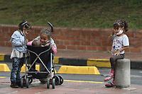 CALI - COLOMBIA, 14-04-2020: Children play durante la jornada de repatriación de 215 venezolanos hacía su país desde Cali en el día 22 de la cuarentena total en el territorio colombiano causada por la pandemia  del Coronavirus, COVID-19. / Children play during the repatriation journey of 215 Venezuelans to their country from Cali during the day 22 of total quarantine in Colombian territory caused by the Coronavirus pandemic, COVID-19. Photo: VizzorImage / Gabriel Aponte / Staff