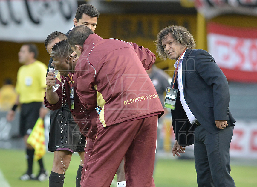 BOGOTÁ -COLOMBIA, 06-09-2014. Henry Obando (Izq) jugador de Tolima es atendido por el médico durante el encuentro entre Independiente Santa Fe y Deportes Tolima por la fecha 8 de la Liga Postobón II 2014 jugado en el estadio Nemesio Camacho El Campín de la ciudad de Bogotá./ Henry Obando (L) player of Tolima is attended by the medic during the match between Independiente Santa Fe and Deportes Tolima for the 8th date of the Postobon League I 2014 played at Nemesio Camacho El Campin stadium in Bogotá city. Photo: VizzorImage/ Gabriel Aponte / Staff