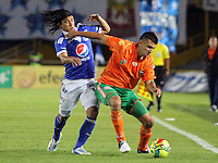 BOGOTA-COLOMBIA-16-02-2013 . Fredy Montero de Millonarios (Izquierda) disputa el balón con Andrés Orozco del   Envigado en el  estadio  El Campin. . Millionaire Fredy Montero (left) fights for the ball with Andres Orozco of Envigado at El Campin stadium....( Photo / VizzorImage / Felipe Caicedo / Staff).