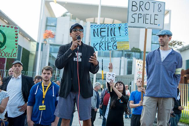 Ca. 300-350 Menschen nahmen am 3. Oktober 2014 vor dem Kanzleramt in Berlin an einer Mahnwache fuer den Frieden der sog. Montagsdemo teil.<br /> An der Manhwache nahmen Vertreter der sog. Querfront-Iedologie und Verschwoerungstheoretiker teil<br /> Links im Bild: Zu den Kundgebungsteilnehmern sprach neben bekennenden Rechten auch der deutsche Pop- und Schlagersaenger Xavier Naidoo. Er trug dabei ein T-Shirt &quot;Freiheit fuer Deutschland&quot;.<br /> 3.10.2014, Berlin<br /> Copyright: Christian-Ditsch.de<br /> [Inhaltsveraendernde Manipulation des Fotos nur nach ausdruecklicher Genehmigung des Fotografen. Vereinbarungen ueber Abtretung von Persoenlichkeitsrechten/Model Release der abgebildeten Person/Personen liegen nicht vor. NO MODEL RELEASE! Don't publish without copyright Christian-Ditsch.de, Veroeffentlichung nur mit Fotografennennung, sowie gegen Honorar, MwSt. und Beleg. Konto: I N G - D i B a, IBAN DE58500105175400192269, BIC INGDDEFFXXX, Kontakt: post@christian-ditsch.de<br /> Urhebervermerk wird gemaess Paragraph 13 UHG verlangt.]