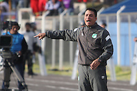 CAJAMARCA - PERU - 20-08-2014: Hector Cardenas, técnico de Deportivo Cali de Colombia, da instrucciones a los jugadores durante partido de ida de la primera fase, llave G13 de la Copa Total Suramericana entre Universidad Tecnologica de Cajamarca de Peru y Deportivo Cali de Colombia en el estadio Héroes de San Ramón, de la ciudad de Cajamarca. / Hector Cardenas, coach Deportivo Cali of Colombia, gives instructions to the playes during a match for the first round, of the first phase, Key G13 Universidad Tecnologica de Cajamarca of Peru and Deportivo Cali of Colombia, of the Copa Total Suramericana in the Héroes de San Ramón, Stadium in Cajamarca city. Photos: Libero de Lima / Photogamma / VizzorImage.