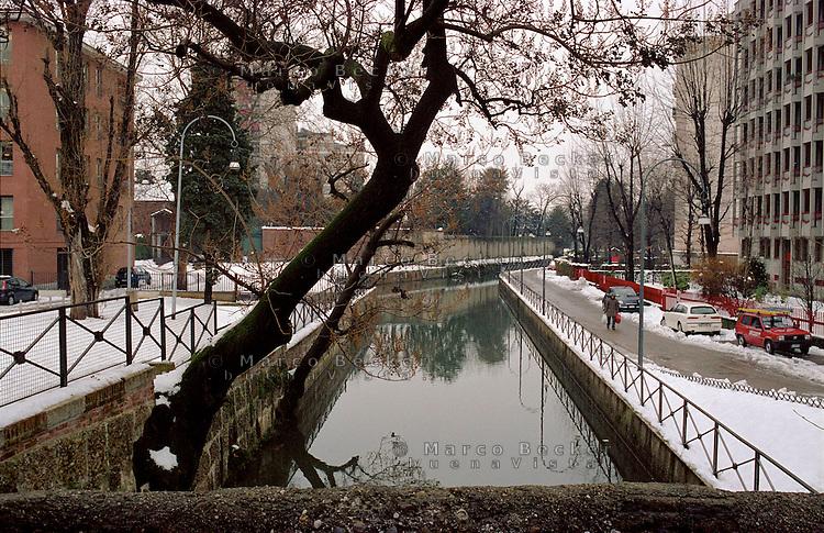 Milano, periferia nord. Il Naviglio Martesana al quartiere Turro - Gorla --- Milan, north periphery. Naviglio Martesana channel at Turro - Gorla district