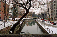 Milano, periferia nord. Il Naviglio Martesana al quartiere Turro - Gorla --- Milan, north periphery. Naviglio Martesana channel at Turro - Gorla district