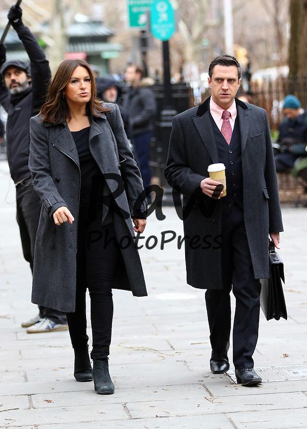 Mariska Hargitay y Ra&uacute;l Esparza han estado grabando escenas de la serie 'Ley y Orden' en Nueva York.<br /> <br /> Feb. 25, 2016 - New York City, NY, USA - Actors Mariska Hargitay and Raul Esparza was on the set of the TV show 'Law and Order: SVU' on February 25 2016 in New York City.