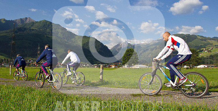 05.07.2011, Tauern SPA, Kaprun, AUT, Olympique Lyon, Training, im Bild Cris, Olympique Lyon, beim Radfahren die Spieler von Olympique Lyon beginnen ihren Trainingstag mit einer Radtour um sieben Uhr morgens, im hintergrund das Bergpanorama rund um das Kitzsteinhorn // Cris, Olympique Lyon and his teammates begin their training day with a bike ride at seven clock in the morning, in the background the mountains around the Kitzsteinhorn during a training session on bikes of Olympique Lyon, in Kaprun, Austria on 2011/07/05, EXPA Pictures © 2011, PhotoCredit: EXPA/ J. Feichter