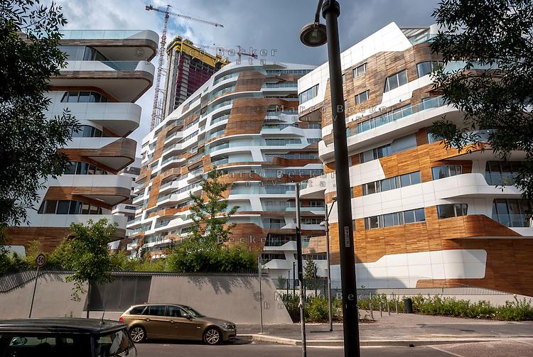 Milano, quartiere CityLife. Le residenze Hadid e, sullo sfondo, la Torre Isozaki in costruzione --- Milan, CityLife district. The Hadid Residences and, on the background, the Isozaki Tower under construction