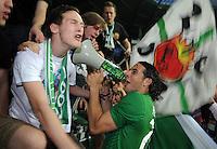 FUSSBALL   1. BUNDESLIGA   SAISON 2011/2012    7. SPIELTAG SV Werder Bremen - Hertha BSC Berlin                   25.09.2011 Claudio PIZARRO (SV Werder Bremen) jubelt nach dem Abpfiff in der Fankurve mit einem Megaphon