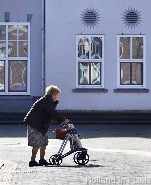 Nederland  Helmond-  2018.   Oudere vrouw met rollator.   Foto Berlinda van Dam / Hollandse Hoogte
